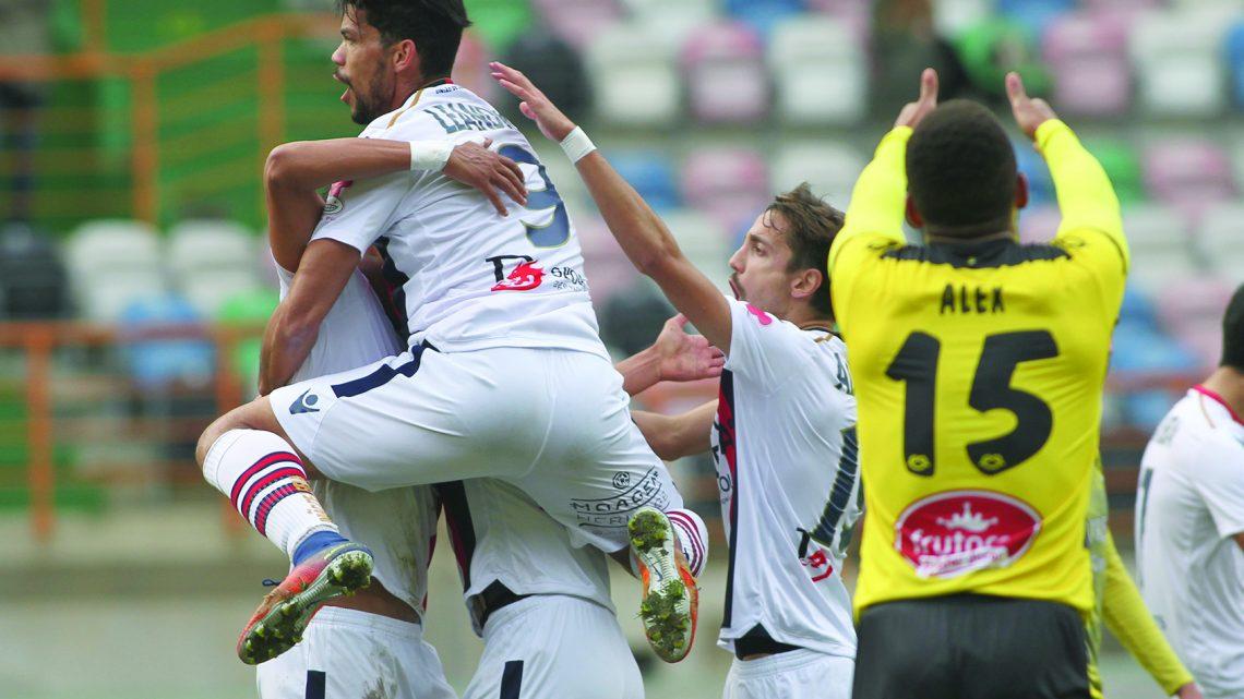 Os jogadores da Uniao de Leiria festejam o golo contra o Grupo Desportivo Sourense, durante o jogo de futebol para o Campeonato de Portugal,  disputado no  Estadio  Magalhaes Pessoa em Leiria